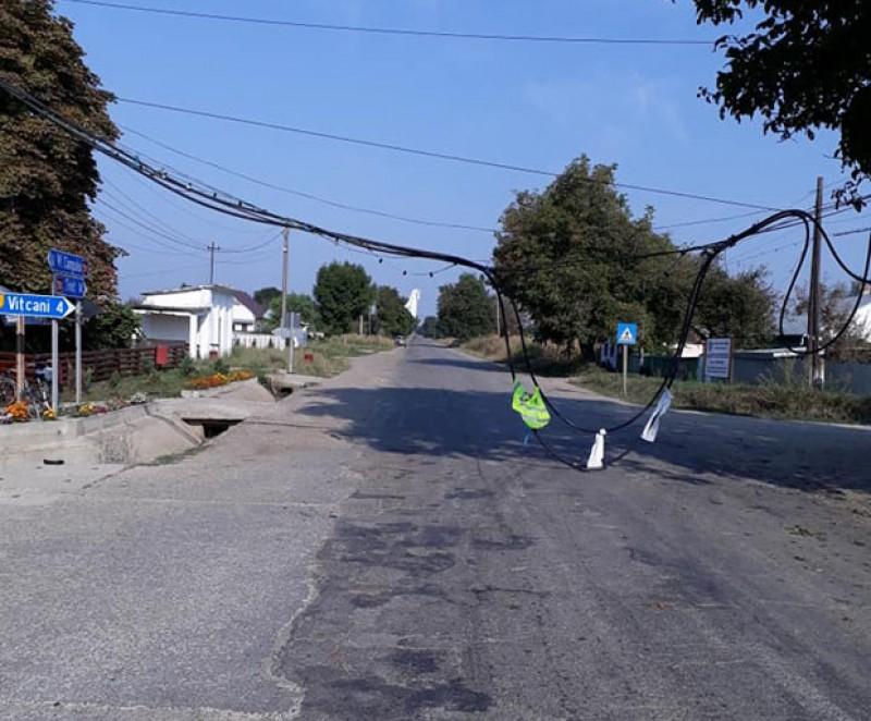 Un cablu rupt a blocat drumul din Cândești
