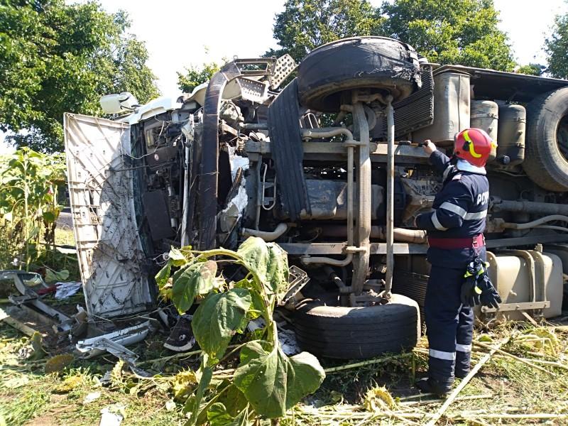 Un camion cu bitum s-a răsturnat pe DJ 293, între Stânca și Havârna