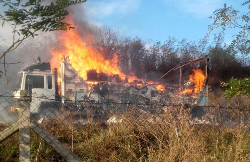 Un camion cu stupi a luat foc la Corni!