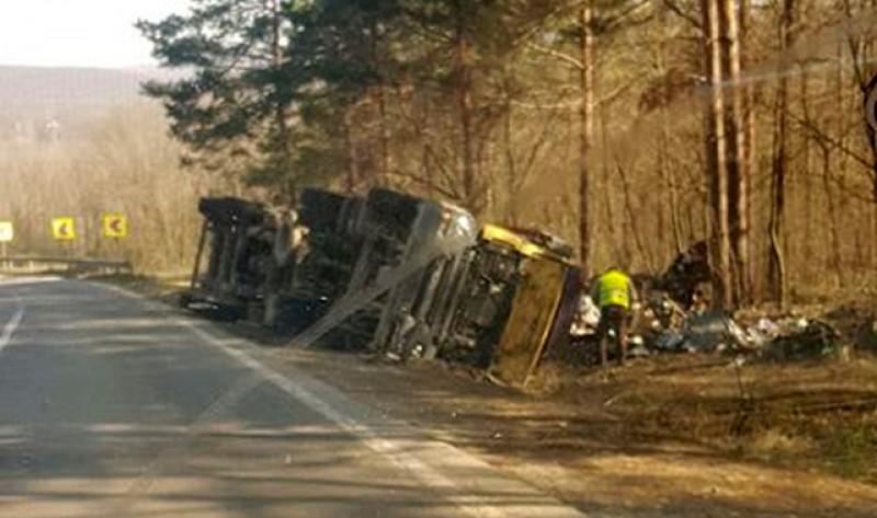 Un camion s-a răsturnat în liziera pădurii înainte de curba de la Flămânzi spre Copălău