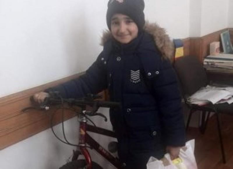 Un carabinier din Italia a trimis o bicicletă unui copil din România care mergea kilometri pe jos, până la şcoală!