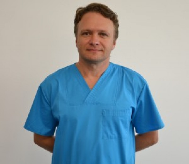 Un chirurg ortoped şi-a rupt piciorul la intrarea în sala de operaţie!