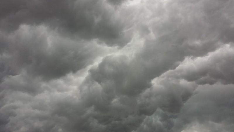 Un ciclon ajunge luni în România. Vin vijeliile și grindina!