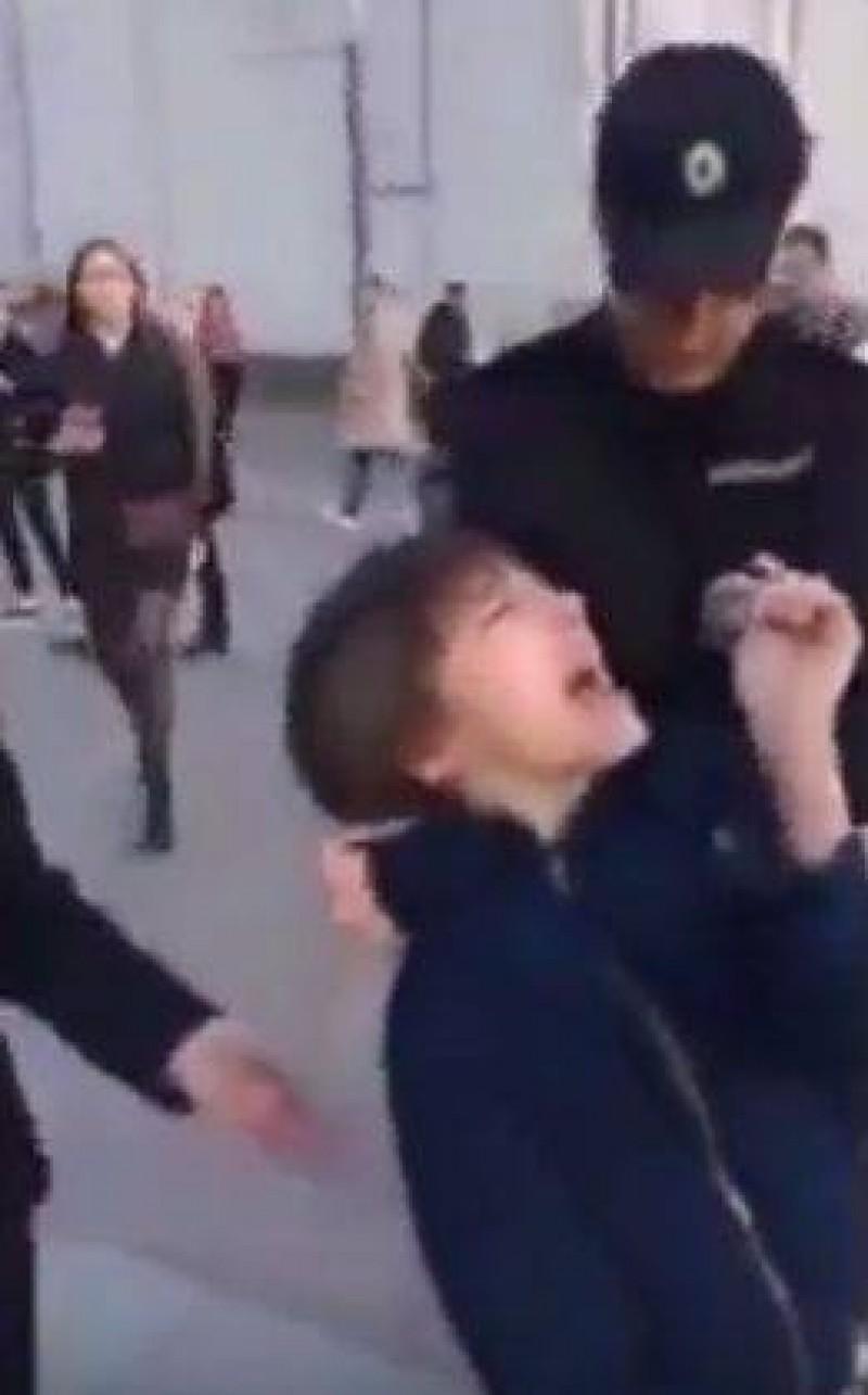 Un copil care recita poezii pe o strada din centrul Moscovei a fost arestat! VIDEO