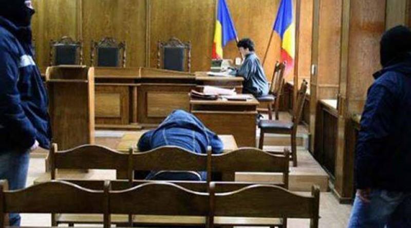 Un deţinut a leşinat în sala de judecată