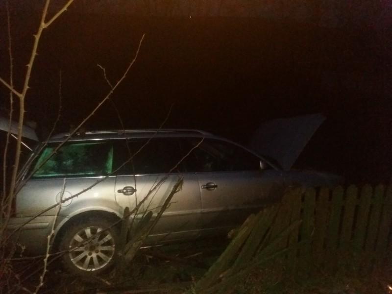 Un ieşean a intrat cu maşina într-o curte din comuna Manoleasa