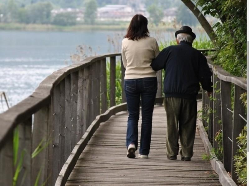 """Un italian de 94 de ani i-a dăruit 100.000 de euro îngrijitoarei sale: """"E singura care ține la mine cu adevărat"""""""