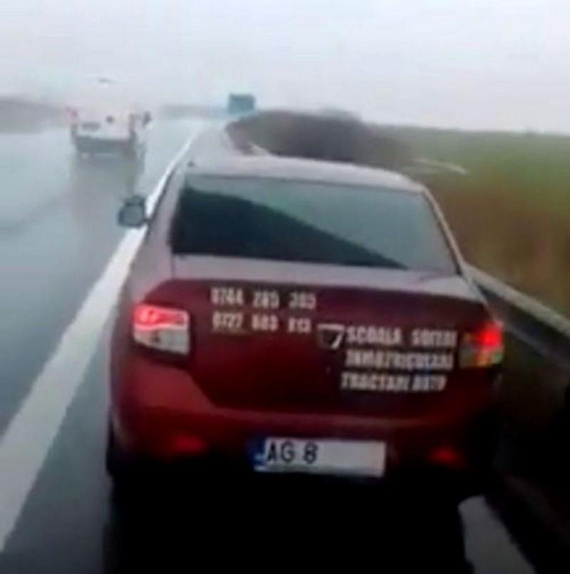 Un jandarm merge cu numărul acoperit ca să evite rovinieta