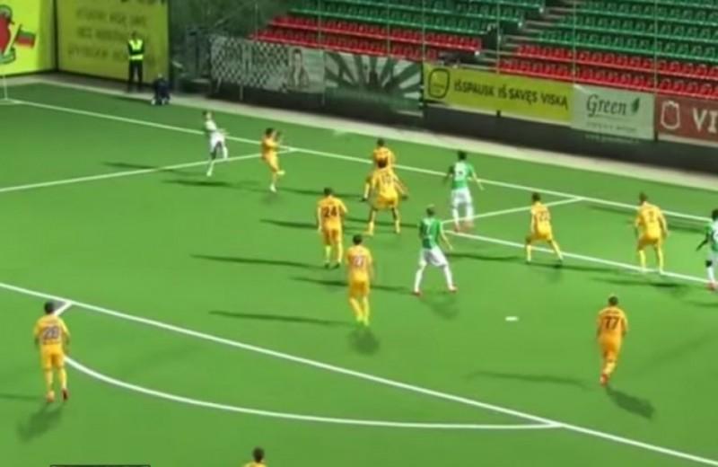 Un jucator din Lituania a marcat un gol dintr-o poziție imposibilă! VIDEO