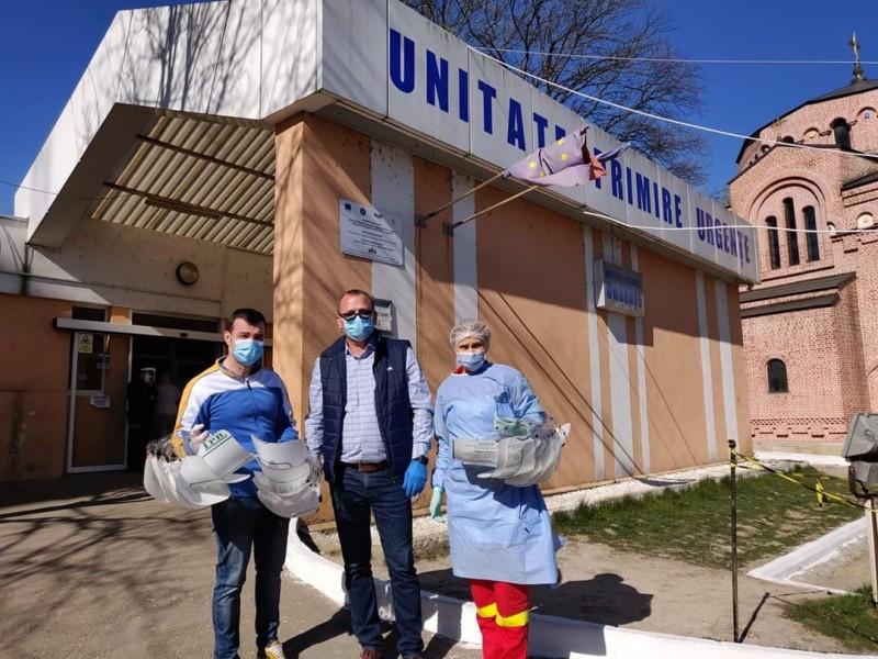 """Un lider al Consiliului Județean a donat 100 de viziere Spitalului """"Mavromati"""""""