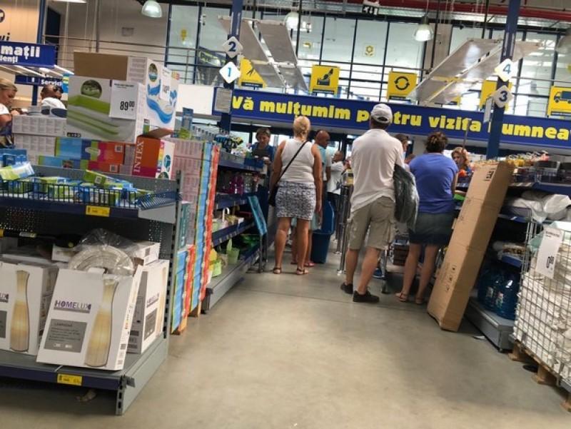Un magazin din municipiul Botoşani luat cu asalt de sute de clienţi-FOTO!