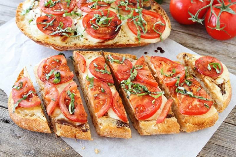 Un mic dejun rapid si gustos: paine cu usturoi, mozzarella si rosii
