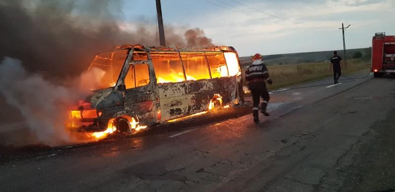 Un microbuz a luat foc la Gorbănești în timpul mersului! În mașină se aflau 7 polițiști de frontieră!