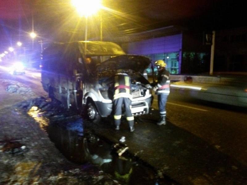 Un microbuz cu pasageri, din Botosani, a luat foc in trafic, la Campulung Moldovenesc - FOTO