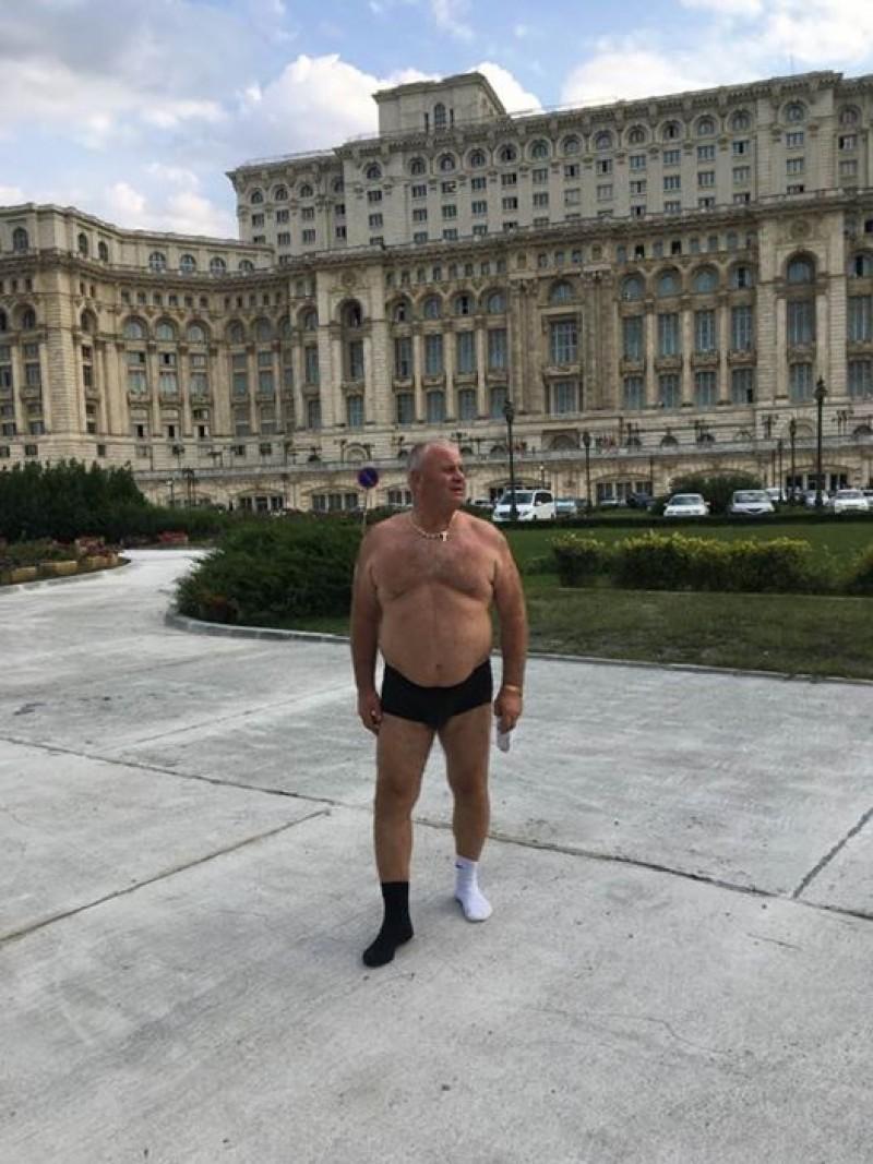 Un politician din Botoșani s-a dezbrăcat în chiloți în fața Palatului Parlamentului