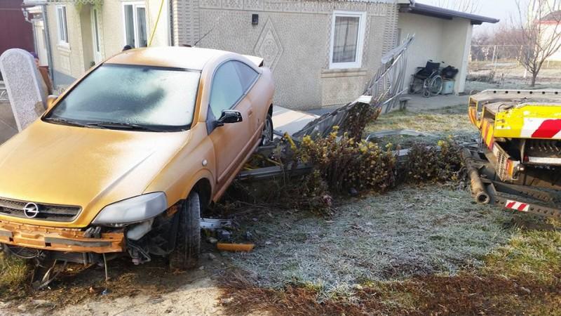 Un politist a plonjat cu masina in curtea unui satean!