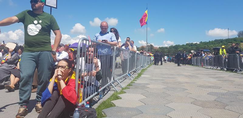 Un preot a găsit 5.000 de euro în toaleta pentru VIP-uri de pe Câmpia Libertății din Blaj, în timpul vizitei Papei Francisc