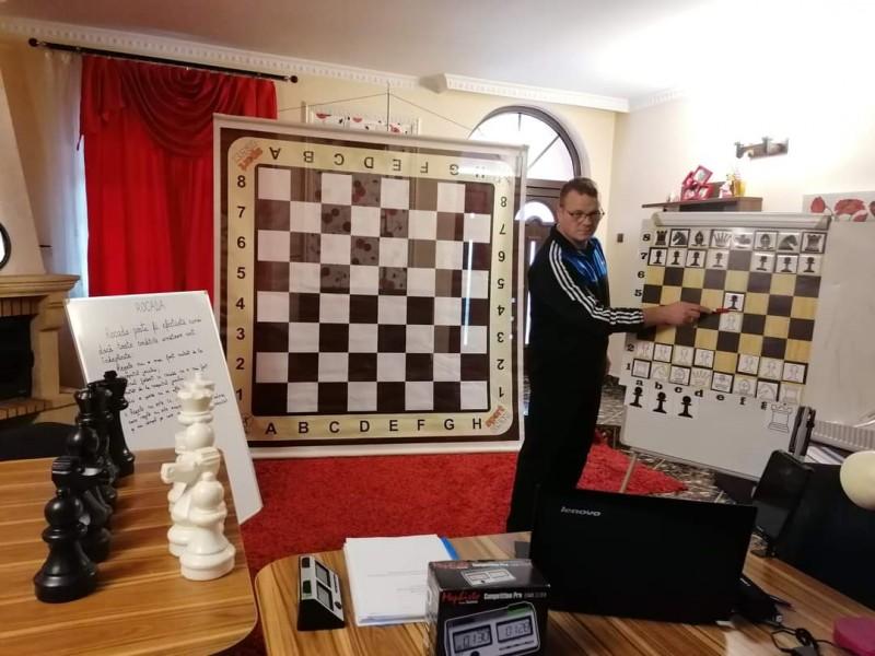 Un profesor de educație fizică din Botoșani inițiază elevii în tainele șahului la lecțiile online