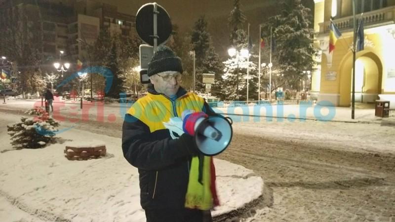 Un singur protestatar punctual la Botoşani, în a opta seară de proteste! Alţi şase au venit să-i ţină companie! FOTO- VIDEO