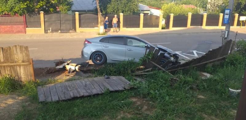 Un șofer a doborât un gard cu mașina, pe fondul vitezei excesive (fotogalerie)