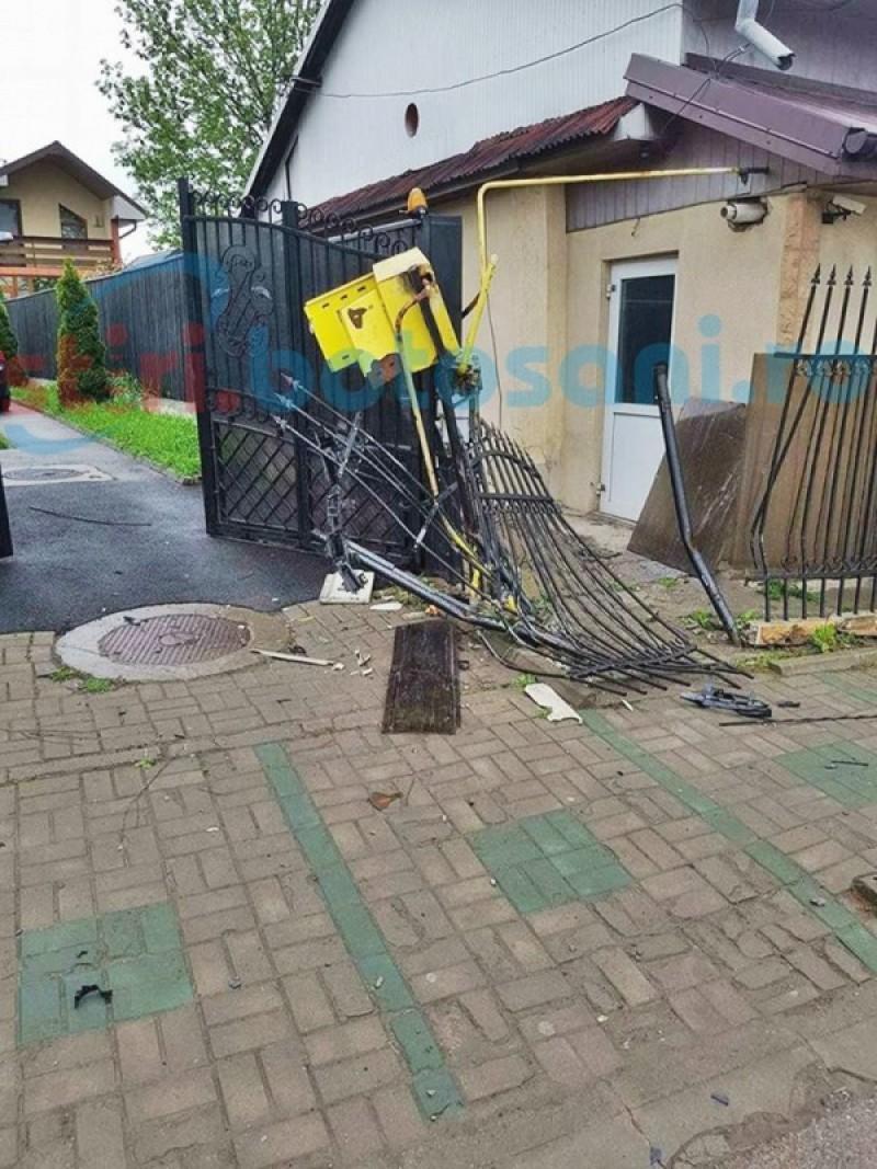 Un șofer a făcut ravagii pe o stradă din Botoșani! A intrat în poarta unei vile și a distrus instalația de gaz, după care a fugit! FOTO