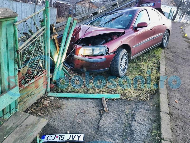 Un șofer a fugit după ce a distrus un gard și a rupt un stâlp! FOTO