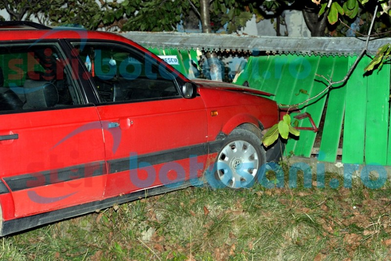 Un șofer a intrat cu mașina într-un gard! Ce au găsit politiștii, pompierii și medicii când au ajuns la fața locului! FOTO