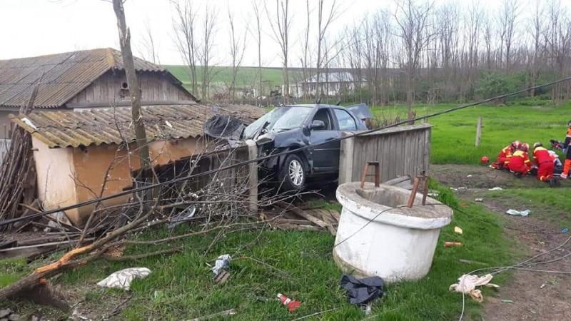 """Un șofer a murit după ce mașina lui a """"aterizat"""" în curtea unui botoșănean"""