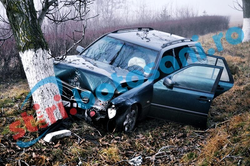 Un șofer de 18 ani a intrat cu mașina într-un copac! Un tânăr a fost rănit!