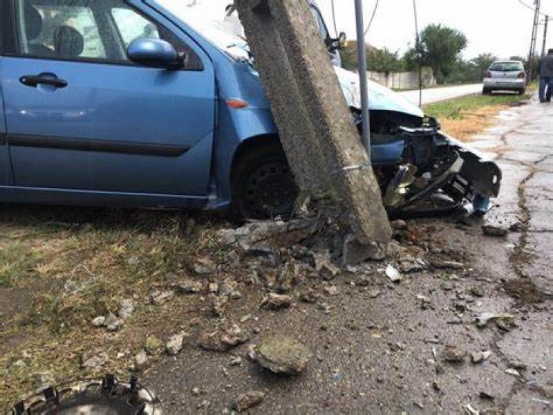 Un șofer în stare de ebrietate a doborât cu mașina un stâlp de electricitate