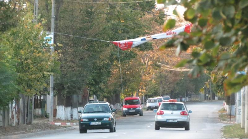 Un stâlp s-a supărat pe un banner al PSD și a încercat să evadeze…