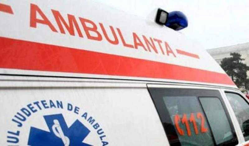 Un tânăr a intrat cu mașina într-un grup de persoane de pe marginea drumului. Trei persoane au fost rănite