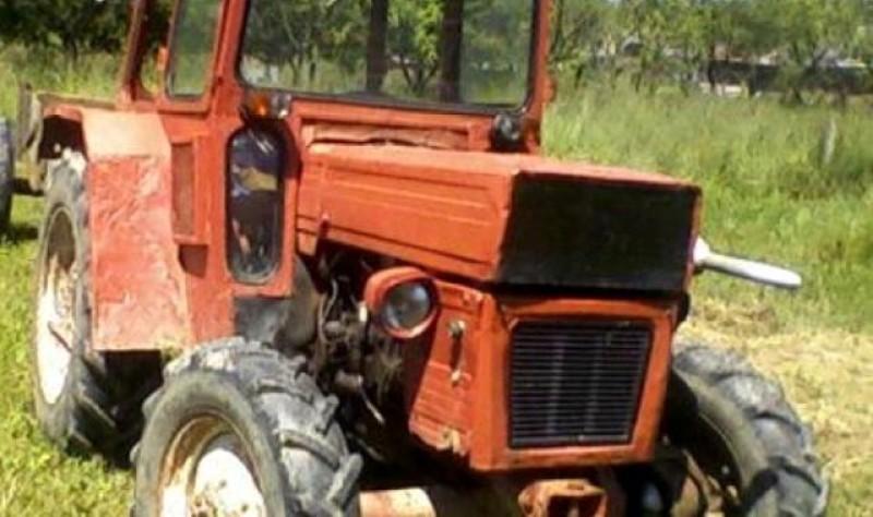 Un tânăr beat și fără permis a intrat cu tractorul într-un un gard