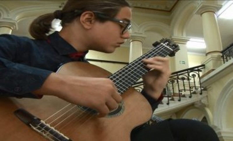 Un tânăr chitarist din Botoșani se numără printre sutele de talente care a primit o finanțare importantă