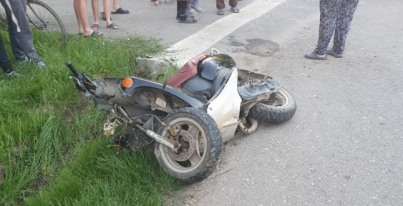 Un tânăr de 25 de ani a ajuns la spital după ce a căzut cu tot cu scuter!
