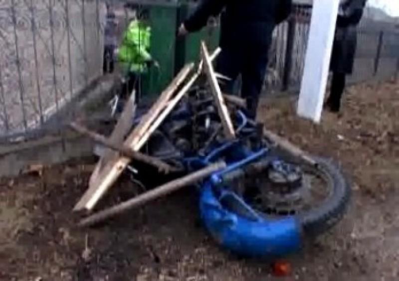 Un tânăr din Botoșani a intrat cu un motociclu într-un gard, apoi a fugit!