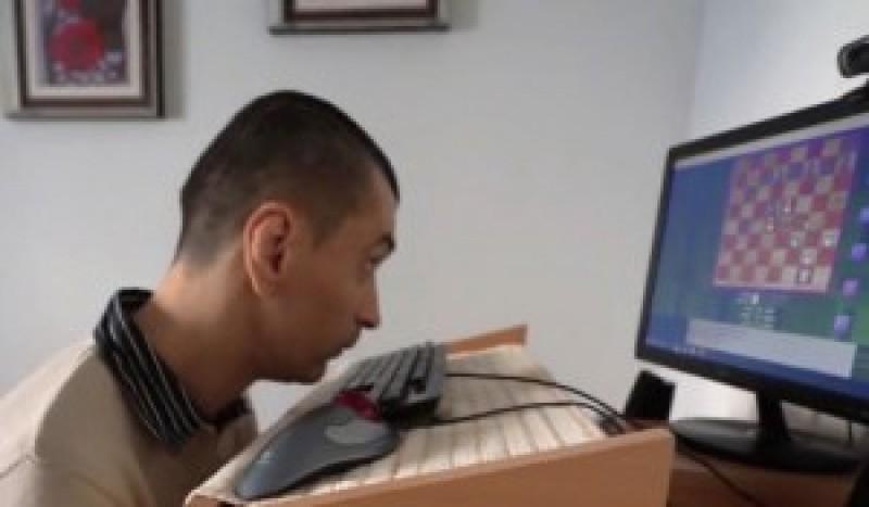 Un tânăr din Botoșani a scris trei cărți cu ajutorul nasului