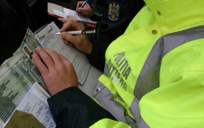 Un tânăr s-a ales cu dosar penal, pentru că circula cu mașina fără permis. Polițiștii au constatat și alte nereguli