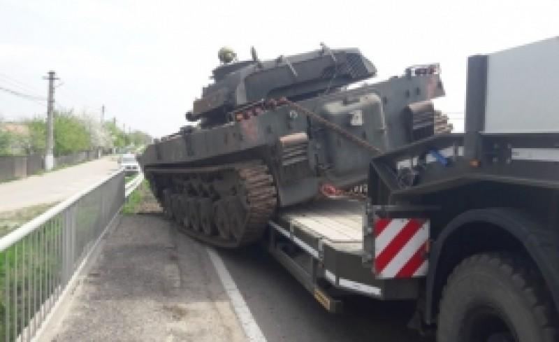 Un tanc al Armatei s-a desprins și a căzut pe șosea: circulația este blocată