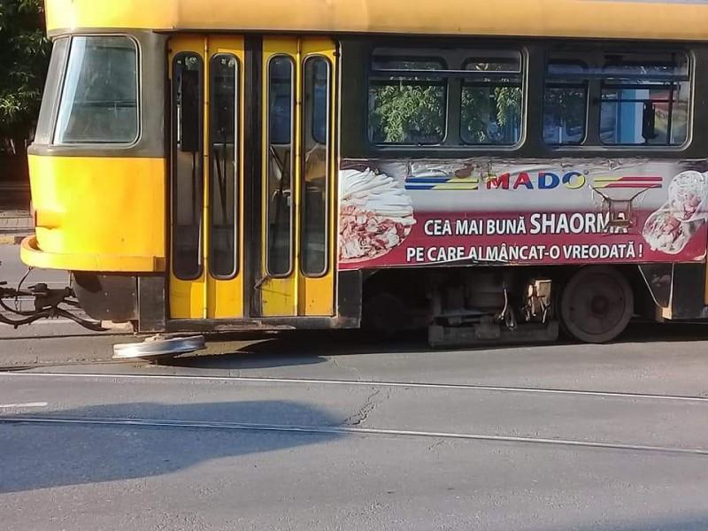 """Un tramvai a pierdut o roată pe Calea Națională. Directorul Eltrans: """"Orice firmă din lumea asta are astfel de incidente"""""""