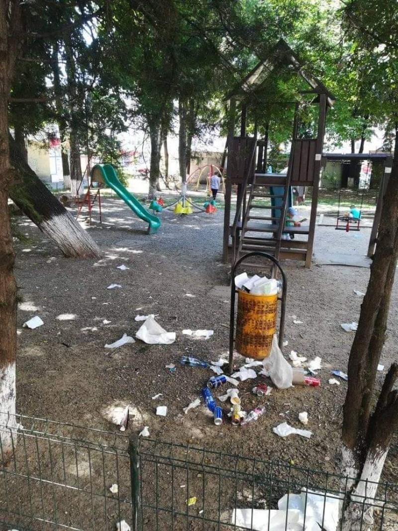 """Unul dintre locurile de joacă rămas neînchis, plin de gunoi. Directorul DSPSA: """"Soluția extremă este să dezafectăm acel teren de joacă"""""""