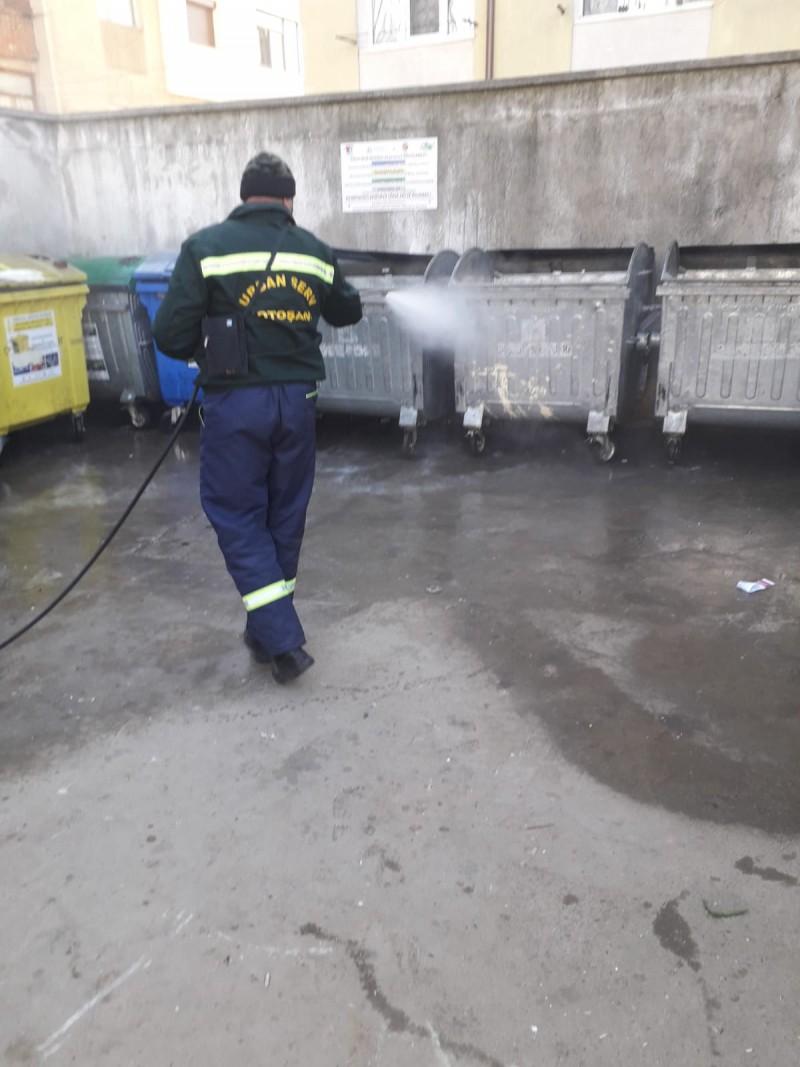 Urban Serv dezinfectează, în mod regulat , platformele de gunoi din Botoșani