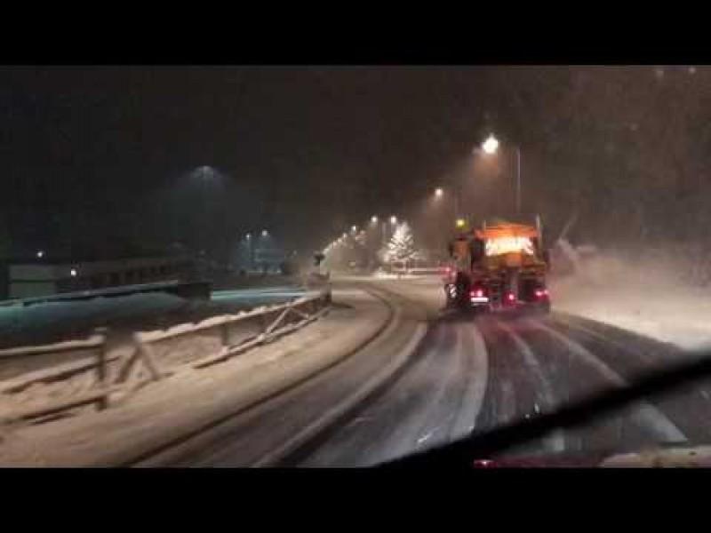 Utilaj de deszăpezire izbit în plin de mașina condusă de un șofer beat!