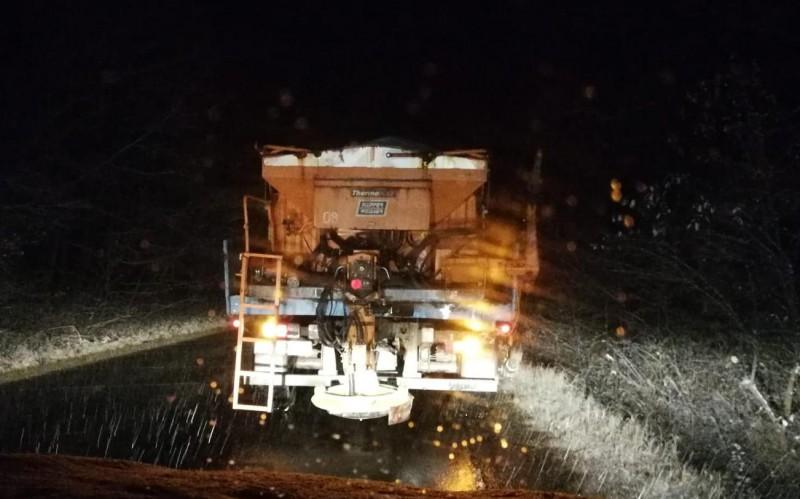 Utilaje mobilizate şi material antiderapant împrăştiat pe drumurile naţionale, după prima ninsoare din acest sezon