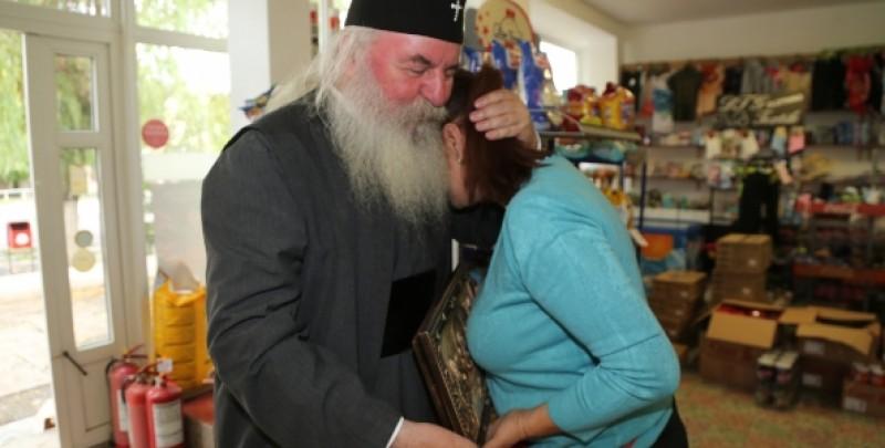 Vânzătoarea unui magazin de la țară a crezut că-i preotul din satul vecin, dar era unul dintre liderii Bisericii Ortodoxe Române! FOTO