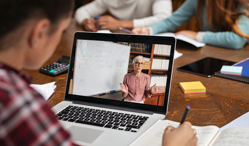 Veste bună pentru profesorii care fac ore on-line: vor putea controla aproape toate interacțiunile cu elevii