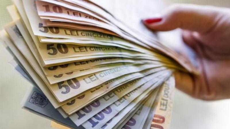 Vești pentru profesori: Klaus Iohannis a promulgat legea care le dă banii câștigați în instanțe!