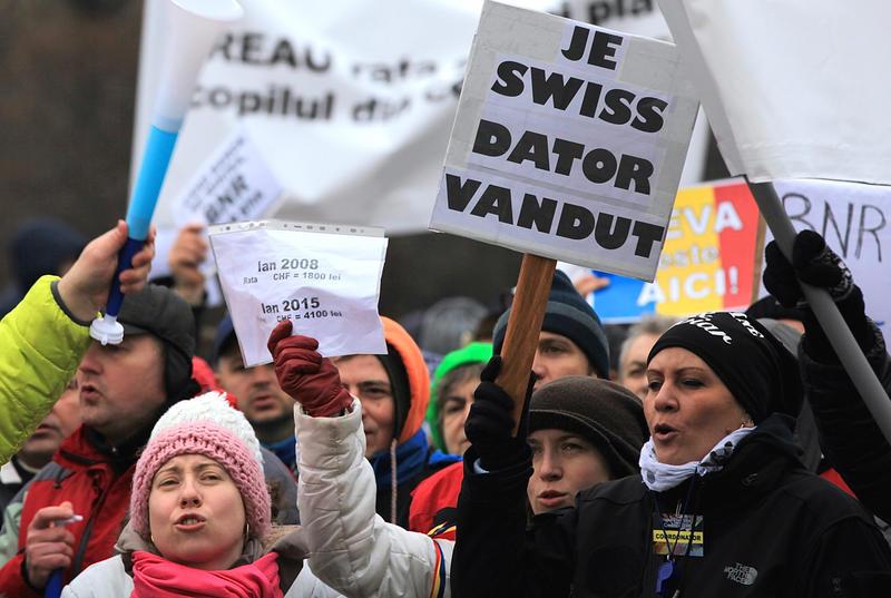 Veşti proaste pentru debitori: legea privind conversia creditelor în franci elveţieni, la cursul istoric, declarată neconstituţională de CCR