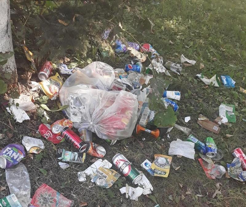 Viața la țară: Parcul unei comune din județ, transformat în depozit de gunoi! FOTO