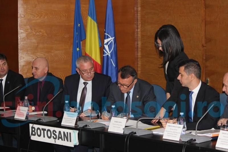 Vicepremierul şi ministrul Fondurilor Europene au semnat, la Botoşani, contractul pentru drumul strategic de 107 km